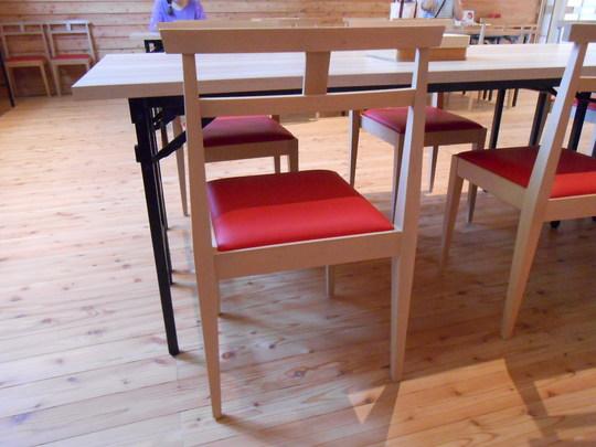 背もたれが鳥居のような椅子.JPG